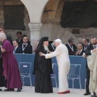 """Foto Nicoloro G. 27/10/2011 Assisi (PG) Visita di Sua Santita' Benedetto XVI ad Assisi, """" Pellegrini della Verita', pellegrini della Pace """", per una giornata di riflessione, dialogo e preghiera per la Pace e la Giustizia nel mondo. nella foto Benedetto XVI e i Capi di alcune delle delegazioni religiose"""