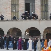 """Foto Nicoloro G. 27/10/2011 Assisi (PG) Visita di Sua Santita' Benedetto XVI ad Assisi, """" Pellegrini della Verita', pellegrini della Pace """", per una giornata di riflessione, dialogo e preghiera per la Pace e la Giustizia nel mondo. nella foto Benedetto XVI e i Capi delle molte delegazioni religiose, sopra loro le colombe della Pace"""