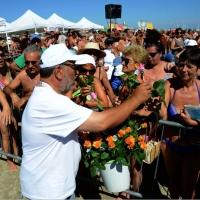 """Foto Nicoloro G.   15/08/2014  Cervia ( Ravenna )  22° edizione di """" Cervia, la spiaggia ama il libro """". nella foto una rosa in omaggio alle signore presenti."""