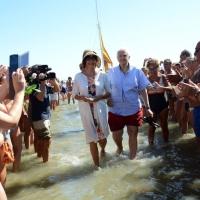 """Foto Nicoloro G.  15/08/2014  Cervia ( Ravenna )  22° edizione di """" Cervia, la spiaggia ama il libro """". nella foto Marina Ripa di Meana è la prima a sbarcare sulla spiaggia di Cervia."""