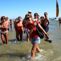 """Foto Nicoloro G.  15/08/2014  Cervia ( Ravenna )  22° edizione di """" Cervia, la spiaggia ama il libro """". nella foto la scrittrice Silvia Ballestra sbarca sulla spiaggia di Cervia."""