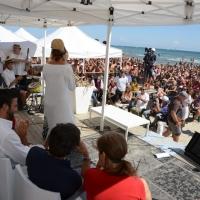 """Foto Nicoloro G.  15/08/2014  Cervia ( Ravenna )  22° edizione di """" Cervia, la spiaggia ama il libro """". nella foto una veduta della spiaggia di Cervia gremita di bagnanti che assistono alla manifestazione."""