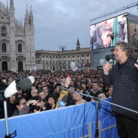 Foto Nicoloro G. 24/03/2010  Milano  Comizio in piazza Duomo di Beppe Grillo che e' in giro in roulotte per chiudere la campagna elettorale regionale. nella foto Beppe Grillo parla di fronte ad una grande folla
