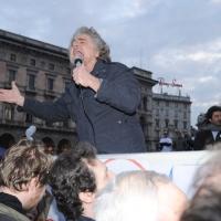 Foto Nicoloro G. 24/03/2010  Milano  Comizio in piazza Duomo di Beppe Grillo che e' in giro in roulotte per chiudere la campagna elettorale regionale. nella foto Beppe Grillo