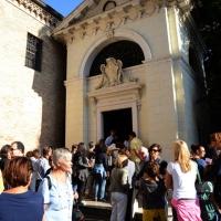 """Foto Nicoloro G.  10-11-12/09/2014   Ravenna     Quarta edizione di """" Dante 2021 """", manifestazione che tra incontri, dibattiti, spettacoli, musica intende continuare il percorso di avvicinamento al VII centenario della morte de Sommo Poeta. nella foto visitatori alla tomba di Dante."""
