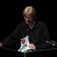 """Foto Nicoloro G.  25/06/2015  Milano    Quarta serata della sedicesima edizione de """" La Milanesiana """". nella foto lo scrittore Michel Faber, che per la sua lettura ha portato sul palco un paio di scarpe da donna rosse."""