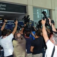 Foto Nicoloro G.   26/08/2015    Rimini    Settima ed ultima giornata dell' edizione 2015 del Meeting di C.L. dal titolo ' Di che è mancanza questa mancanza, cuore, che a un tratto ne sei pieno ? '. nella foto il ministro Giuliano Poletti all' arrivo al Meeting letteralmente circondato dai giornalisti e operatori.