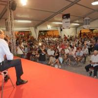 Foto Nicoloro G. 27/08/2010 Ravenna Nell' ambito della Festa Provinciale del PD incontro e dibattito con Pier Luigi Bersani. nella foto Pier Luigi Bersani e l'affollata platea
