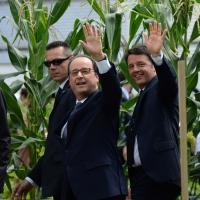Foto Nicoloro G.  21/06/2015  Milano  Visita all' Expo del presidente della Repubblica francese. nella foto il presidente Francois Hollande con il premier Matteo Renzi salutano la folla assiepata per assistere al loro passaggio.