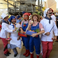 Foto Nicoloro G.  21/06/2015  Milano  Giornata della Francia e visita all' Expo del presidente della Repubblica francese. nella foto un gruppo di animatori francesi fa festa in attesa dell' arrivo del loro presidente.