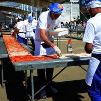Foto Nicoloro G.  20/06/2015  Milano   Realizzata la pizza più lunga del mondo all' Expo 2015. nella foto la stesura della mozzarella.