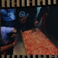Foto Nicoloro G.  20/06/2015  Milano   Realizzata la pizza più lunga del mondo all' Expo 2015. nella foto tratta da un video si comincia a tagliare la pizza in tranci che saranno circa 35.000.