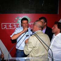 Foto Nicoloro G. 02/09/2013 Bologna Festa del PD di Bologna con l' intervento del sindaco di Firenze Matteo Renzi. nella foto Matteo Renzi, con alcuni simpatizzanti, si disseta