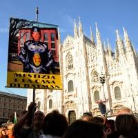 Foto Nicoloro G. 30/05/2011 Milano Festa in piazza Duomo, colorata di arancione, per l' elezione a sindaco di Giuliano Pisapia. Una piazza Duomo gremita all' inverosimile che ha visto avvicendarsi sul palco numerosi artisti e politici. nella foto Un simpatizzante con cartello sfottente
