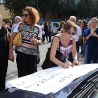 Foto Nicoloro G.    18/09/2015   Ravenna    Si sono svolti i funerali di Sergio Guerra, ' l' ultimo artigiano del Volley ' tra i piu' vittoriosi di tutti i tempi entrato nei Guinness dei primati. nelle foto le sue ragazze firmano uno striscione in sua memoria.