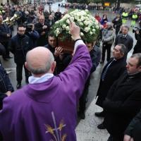Foto Nicoloro G. 02/01/2012 lllasi ( Verona ) Si sono svolti nella parrocchia di San Giorgio di Illasi, paese dove e' nato 91 anni fa, i funerali di don Luigi Verze'.  nella foto Il sacerdote benedice la bara