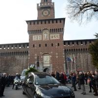 Foto Nicoloro G. 23/02/2016 Milano Cerimonia funebre laica in onore del semiologo e scrittore Umberto Eco. nella foto l' uscita del feretro dal Castello tra due ali di folla.