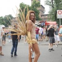 """Foto Nicoloro G.  12/06/2010 Milano  Manifestazione del """" gay-pride """" con corteo da piazza Castello a piazza Duomo. nella foto Partecipante alla manifestazione, di fronte al Castello Sforzesco"""