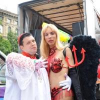 """Foto Nicoloro G.  12/06/2010 Milano  Manifestazione del """" gay-pride """" con corteo da piazza Castello a piazza Duomo. nella foto Due partecipanti alla manifestazione"""