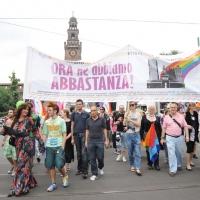 """Foto Nicoloro G.  12/06/2010 Milano  Manifestazione del """" gay-pride """" con corteo da piazza Castello a piazza Duomo. nella foto Folto gruppo di partecipanti  con grande striscione, di fronte al Castello Sforzesco"""