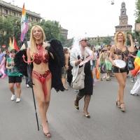 """Foto Nicoloro G.  12/06/2010 Milano  Manifestazione del """" gay-pride """" con corteo da piazza Castello a piazza Duomo. nella foto Partecipanti di fronte al Castello Sforzesco"""