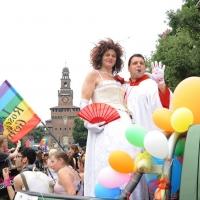 """Foto Nicoloro G.  12/06/2010 Milano  Manifestazione del """" gay-pride """" con corteo da piazza Castello a piazza Duomo. nella foto Due partecipanti di fronte al Castello Sforzesco"""