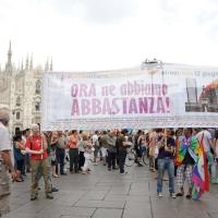 """Foto Nicoloro G.  12/06/2010 Milano  Manifestazione del """" gay-pride """" con corteo da piazza Castello a piazza Duomo. nella foto Partecipanti alla manifestazione con striscione in Piazza del Duomo"""