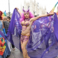 """Foto Nicoloro G.  12/06/2010 Milano  Manifestazione del """" gay-pride """" con corteo da piazza Castello a piazza Duomo. nella foto Partecipante alla manifestazione, in piazza del Duomo"""
