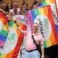 """Foto Nicoloro G.  12/06/2010 Milano  Manifestazione del """" gay-pride """" con corteo da piazza Castello a piazza Duomo. nella foto L'onorevole Franco Grillini con partecipanti alla manifestazione e bandiere"""