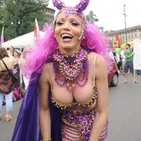 """Foto Nicoloro G.  12/06/2010 Milano  Manifestazione del """" gay-pride """" con corteo da piazza Castello a piazza Duomo. nella foto Partecipante alla manifestazione"""