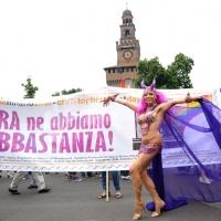"""Foto Nicoloro G.  12/06/2010 Milano  Manifestazione del """" gay-pride """" con corteo da piazza Castello a piazza Duomo. nella foto Partecipante alla manifestazione e grande striscione di fronte al Castello Sforzesco"""