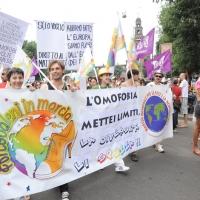 """Foto Nicoloro G.  12/06/2010 Milano  Manifestazione del """" gay-pride """" con corteo da piazza Castello a piazza Duomo. nella foto Partecipanti  con grande striscione, di fronte al Castello Sforzesco"""