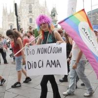 """Foto Nicoloro G.  12/06/2010 Milano  Manifestazione del """" gay-pride """" con corteo da piazza Castello a piazza Duomo. nella foto Partecipante alla manifestazione con bandiera e cartello in Piazza del Dumo"""
