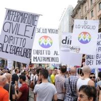 """Foto Nicoloro G.  12/06/2010 Milano  Manifestazione del """" gay-pride """" con corteo da piazza Castello a piazza Duomo. nella foto Partecipanti alla manifestazione con cartelli"""