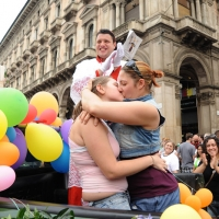 """Foto Nicoloro G.  12/06/2010 Milano  Manifestazione del """" gay-pride """" con corteo da piazza Castello a piazza Duomo. nella foto Due partecipanti si scambiano effusioni"""