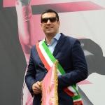 Foto Nicoloro G.   21/05/2019 Ravenna    10° tappa del 102° Giro d' Italia da Ravenna a Modena. nella foto il sindaco di Ravenna Michele de Pascale con lo stendardo commemorativo della decima tappa del Giro d' Italia.