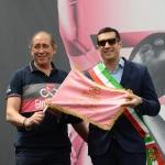 Foto Nicoloro G.   21/05/2019  Ravenna   10° tappa del 102° Giro d' Italia da Ravenna a Modena. nella foto l' ex ciclista e vice direttore di corsa RGS Sport Stefano Allocchi consegna al sindaco di Ravenna Michele de Pascale lo stendardo commemorativo della decima tappa del Giro d' Italia.