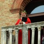 Foto Nicoloro G.   21/05/2019   Ravenna   10° tappa del 102° Giro d' Italia da Ravenna a Modena. nella foto prima della partenza su un balcone compare un fantasioso ' Dante Alighieri ' che di Ravenna e' un emblema.