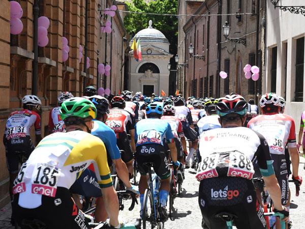 Foto Nicoloro G.   21/05/2021   Ravenna   13° tappa, Ravenna-Verona, del 104° Giro d' Italia dedicato a Dante nel settimo centenario della morte del Sommo Poeta. nella foto il gruppo dei ciclisti transita davanti alla Tomba di Dante.