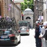 Foto Nicoloro G.   21/05/2021   Ravenna   13° tappa, Ravenna-Verona, del 104° Giro d' Italia dedicato a Dante nel settimo centenario della morte del Sommo Poeta. nella foto il passaggio delle auto ammiraglie davanti alla Tomba di Dante.