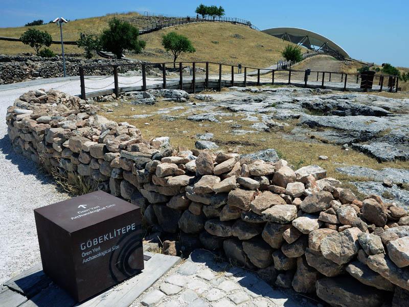 Foto Nicoloro G.   06/07/2019   Sanliurfa ( Sud-Est Turchia )  Gli scavi di Gobekli Tepe, collina tondeggiante in turco, sono il luogo di culto piu' antico mai ritrovato dall' uomo. Il tempio risale a 12.000 anni fa, ancora prima della creazione della ruota. Patrimonio dell' Unesco e' stato inaugurato il 10/03/2019 e aperto al pubblico. Contiene obelischi alti tra 3 e 6 metri con un peso tra le 40 e le 60 tonnellate, con incisioni raffiguranti animali e simboli astratti. Sono posti tra mura dallo sviluppo ovale o circolare. nella foto l' ingresso alla zona degli scavi.