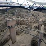 Foto Nicoloro G.   06/07/2019   Sanliurfa ( Sud-Est Turchia )  Gli scavi di Gobekli Tepe, collina tondeggiante in turco, sono il luogo di culto piu' antico mai ritrovato dall' uomo. Il tempio risale a 12.000 anni fa, ancora prima della creazione della ruota. Patrimonio dell' Unesco e' stato inaugurato il 10/03/2019 e aperto al pubblico. Contiene obelischi alti tra 3 e 6 metri con un peso tra le 40 e le 60 tonnellate, con incisioni raffiguranti animali e simboli astratti. Sono posti tra mura dallo sviluppo ovale o circolare. nella foto alcuni degli obelischi riportati alla luce.