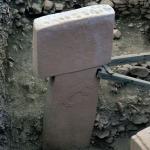 Foto Nicoloro G.   06/07/2019   Sanliurfa ( Sud-Est Turchia )  Gli scavi di Gobekli Tepe, collina tondeggiante in turco, sono il luogo di culto piu' antico mai ritrovato dall' uomo. Il tempio risale a 12.000 anni fa, ancora prima della creazione della ruota. Patrimonio dell' Unesco e' stato inaugurato il 10/03/2019 e aperto al pubblico. Contiene obelischi alti tra 3 e 6 metri con un peso tra le 40 e le 60 tonnellate, con incisioni raffiguranti animali e simboli astratti. Sono posti tra mura dallo sviluppo ovale o circolare. nella foto uno degli obelischi con incise figure di animali e simboli astratti.