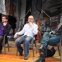 """Foto Nicoloro G.   04/06/2010  Cremona  Primo Festival TRA Letteratura e Musica """" Le corde dell ' anima """" . nella foto Matteo Bordone – Sandrone Dazieri – Claudio Bisio"""