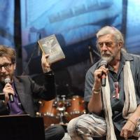 """Foto Nicoloro G.  04/06/2010  Cremona  Primo Festival TRA Letteratura e Musica """" Le corde dell ' anima """" . nella foto Matteo Bordone – Shel Shapiro"""