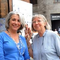 """Foto Nicoloro G.  06/06/2010  Cremona  Primo Festival TRA Letteratura e Musica """" Le corde dell ' anima """" . nella foto Sandra Petrignani – Vivian Lamarque"""
