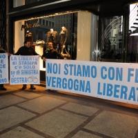 """Foto Nicoloro G. 14/11/2010, Milano, Manifestazione promossa dal PdL al teatro Nuovo """" Dalla parte del Cavaliere """". nella foto Striscioni a favore di Vittorio Feltri"""