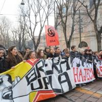 Foto Nicoloro G. Milano 14/12/2010 Corteo degli studenti contro il governo Berlusconi e la riforma Gelmini. Forte tensione con le forze dell' ordine. nella foto Manifestanti con striscioni e cartello