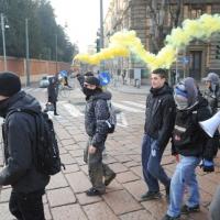 Foto Nicoloro G. Milano 14/12/2010 Corteo degli studenti contro il governo Berlusconi e la riforma Gelmini. Forte tensione con le forze dell' ordine. nella foto Manifestanti con fumogeni