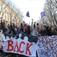Foto Nicoloro G. Milano 14/12/2010 Corteo degli studenti contro il governo Berlusconi e la riforma Gelmini. Forte tensione con le forze dell' ordine. nella foto Manifestanti con striscioni e bandiere